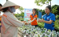 Người dân thủ đô hào hứng đổi rác thải nhựa lấy cây xanh