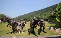 Du khách thích thú lên núi tham gia show diễn