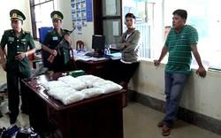 Thu giữ 15 kg chất bột nghi ma túy trên xe khách từ Lào về Việt Nam