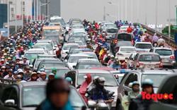"""Hà Nội: Nhiều tuyến đường ùn tắc, người dân """"chôn chân"""" dưới mưa"""