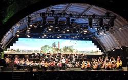 Nhạc trưởng lừng danh Sir Simon Rattle cùng gần 100 nhạc công đến từ Anh quốc sẽ biểu diễn tại Hà Nội