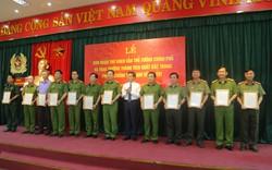Trao thư khen của Thủ tướng Chính phủ cho Ban chuyên án phá đường dây sản xuất ma túy tổng hợp do người Trung Quốc đứng đầu