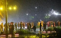 Hàng trăm diễn viên của Ký ức Hội An đội mưa phục vụ khán giả