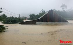 Hình ảnh lũ chạm mái nhà, hàng trăm hộ dân ở Quảng Bình chìm trong biển nước