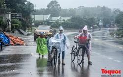 Học sinh vùng lũ Quảng Trị đội mưa đến trường trong ngày khai giảng