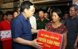 Phó Thủ tướng Vương Đình Huệ thăm hỏi, động viên bà con vùng lũ Hương Khê