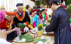 Khách quốc tế trải nghiệm gói bánh chưng đón tết Canh Tý tại Bình Thuận