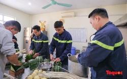 Lính cứu hỏa trổ tài gói bánh chưng đón Tết