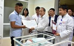 """Chủ tịch tỉnh trao tận tay giấy khai sinh cho những công dân """"nhí"""" đầu tiên năm Canh Tý"""