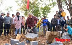 Tưng bừng đầu xuân với hội thi chẻ đá mồ côi ở Quảng Trị