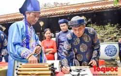 Du khách thích thú xem lễ Hạ nêu, khai ấn cung chúc tân xuân tại Đại Nội Huế