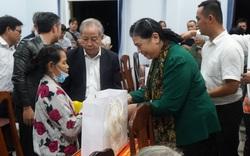 Phó Chủ tịch Thường trực Quốc hội Tòng Thị Phóng thăm và tặng quà cho người dân bị thiệt hại do lũ lụt