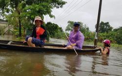 Nhiều nhà dân ở Đà Nẵng ngập sâu, phải di chuyển bằng ghe