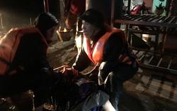 Trắng đêm giải cứu 5 thuyền viên gặp nạn trên biển