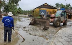 Hối hả dọn bùn sau mưa lũ ở Hội An