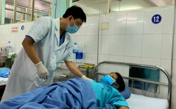 Bắt 2 con sán lá gan lớn còn sống trong ống mật chủ bệnh nhân bằng nội soi ngược dòng