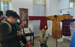 Không gian trưng bày và thao diễn nghề may áo dài Huế thu hút người xem trong ngày đầu mở cửa
