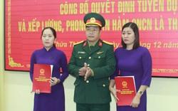 Trao quân hàm quân nhân chuyên nghiệp cho thân nhân các liệt sỹ hy sinh tại Rào Trăng 3