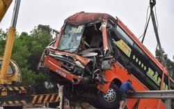 Xe khách hư hỏng nặng sau tai nạn liên hoàn, nhiều người nhập viện
