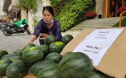 Chủ khách sạn ở Đà Nẵng mua một tấn dưa hấu và làm điều khiến ai cũng thấy ấm lòng