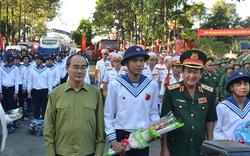 Bí thư Nguyễn Thiện Nhân tặng hoa cho các tân binh lên đường nhập ngũ