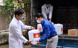 Giữa tâm dịch Covid-19, người dân xã Sơn Lôi được tặng 500l dung dịch sát khuẩn