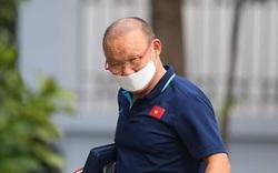 HLV Park Hang-seo đeo khẩu trang đến phòng họp, nhắc phóng viên giữ khoảng cách khi đi họp