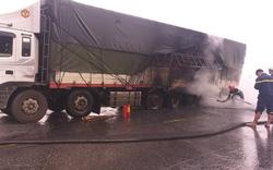 Nghệ An: Xe tải biển Lào nổ lốp, bốc cháy ngùn ngụt khi đang lưu thông