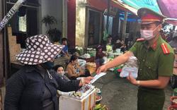 Phát khẩu trang miễn phí cho người dân và du khách ở Đà Nẵng