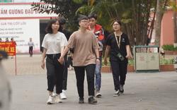 Sinh viên đi học sau nhiều tuần nghỉ, hàng quán tấp nập, đông khách trở lại