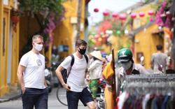 """Nhiều du khách nước ngoài đã """"chịu"""" đeo khẩu trang khi tham quan phố cổ Hội An"""