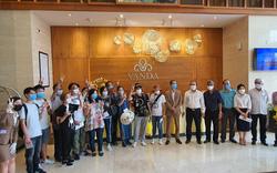 Du khách nước ngoài cảm ơn các nhân viên khách sạn Vanda chăm sóc chu đáo, tuyệt vời trong những ngày cách ly