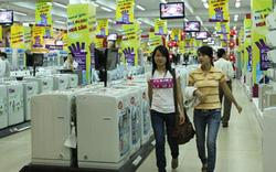 Lo bị đóng cửa, một số siêu thị điện máy ở Hà Nội đối phó bằng cách đưa thêm cả hàng hóa thiết yếu vào bán