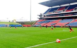 Đội tuyển nữ Việt Nam tích cực làm quen sân trước ngày