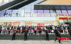 Bất chấp nỗi lo về Covid-19, hàng dài người xếp hàng mua đồ