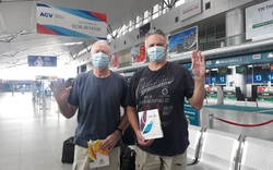 Khỏi bệnh, hết thời hạn cách ly, 2 bệnh nhân Covid-19 người Anh về nước, cảm ơn Đà Nẵng và hẹn gặp lại