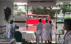 Ngay sau khi dỡ lệnh phong tỏa BV Bạch Mai tổ chức các chuyến xe đưa 307 bệnh nhân về quê