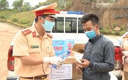 CSGT Thừa Thiên Huế tặng nhu yếu phẩm cho người dân và lực lượng tuyến đầu chống dịch