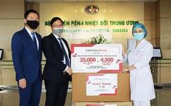 Trao tặng 70.000 khẩu trang y tế và 9.000 kính chống giọt bắn cho các bệnh viện tuyến đầu ở Hà Nội và TP.HCM