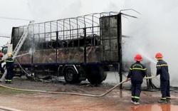 Xe tải bốc cháy dữ dội khiến hàng chục xe máy trên thùng trơ khung