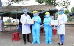 Trao tặng hàng trăm chai dung dịch sát khuẩn khô cho các lực lượng tại 7 chốt chặn cửa ngõ thành phố