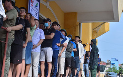 Bất chấp nắng nóng xếp hàng chờ mua vé xem bóng đá sau chuỗi ngày dài nghỉ dịch Covid: CĐV