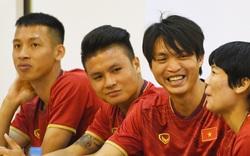 Tuấn Anh tán gẫu cực vui cùng các nữ tuyển thủ, Quang Hải gặp sự cố