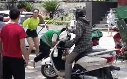 Hà Nội: Nam shipper bị tài xế ô tô hành hung sau va chạm giao thông, sự việc chỉ kết thúc khi có sự can ngăn của 1 cô gái