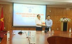 Trao tặng 100 bản sách cho Thư viện tỉnh Quảng Ninh