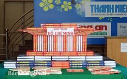 Tổ chức trưng bày và xếp sách nghệ thuật chuyên đề Kỷ niệm 130 năm Ngày sinh Chủ tịch Hồ Chí Minh