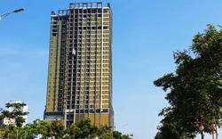 Kính ốp màu vàng phản quang một tòa nhà ở Đà Nẵng được nhập từ Trung Quốc