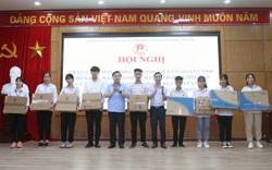 Hà Nội: Giáo viên, học sinh có hoàn cảnh khó khăn được tặng thiết bị dạy, học