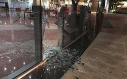 Ô tô lao vào khuôn viên tòa nhà Trung tâm Hành chính sau va chạm với xe máy