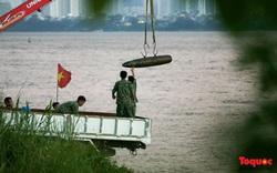 Cận cảnh quá trình trục vớt quả bom nằm dưới sông Hồng gần cầu Long Biên